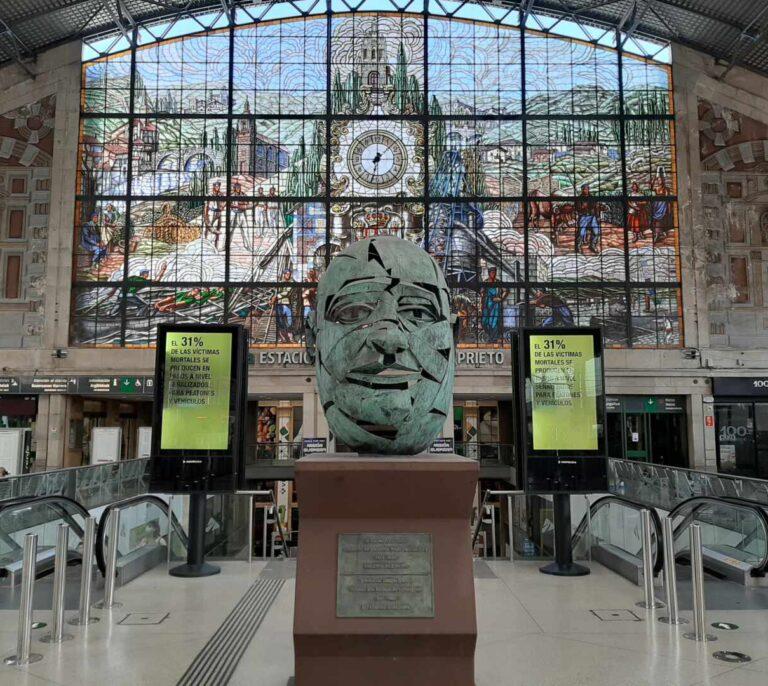 La estación Indalecio Prieto que el PSOE rebautizó y Bilbao ignora