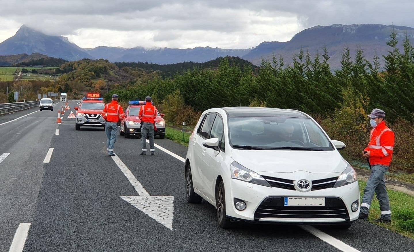 Control de la Policía Foral de Navarra en uno de los accesos a la Comunidad Foral.
