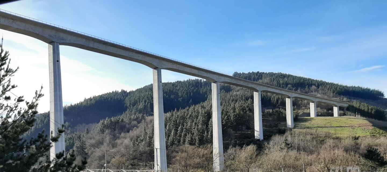 Viaducto del Tren de Alta Velocidad Vasco construido en Bergara (Guipúzcoa).