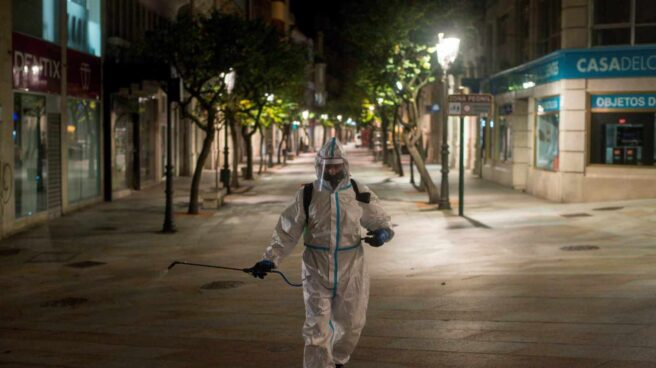 Un operario municipal realiza labores de desinfección, en Ourense.