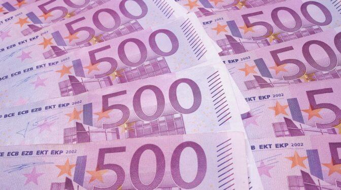 Roba 100.000 euros en efectivo a su cuñada y los cambia por recortes de prensa