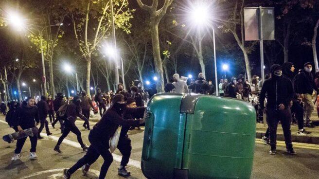Disturbios en Barcelona durante la protesta contra el toque de queda - El  Independiente