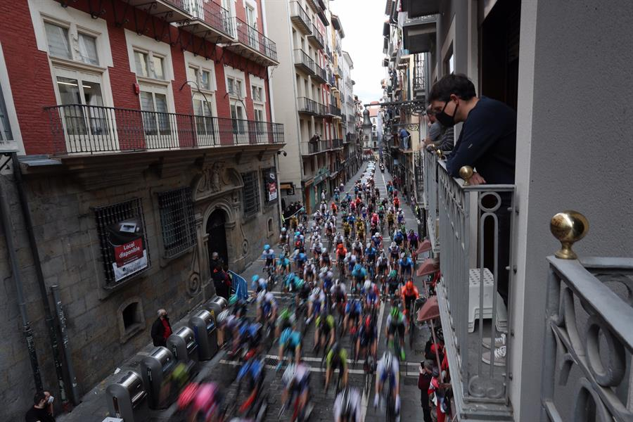 Imagen del paso de La Vuelta ciclista a España a su paso por el casco antiguo de Pamplona.