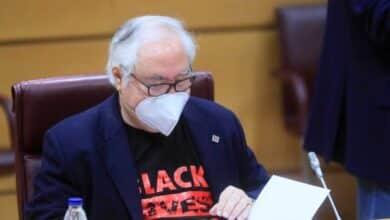 Castells vuelve al Senado con una camiseta reivindicativa: 'Black Lives Matter'