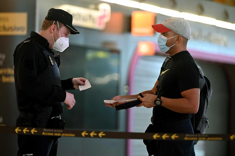Un agente de la Policía Nacional controla el acceso a la T-4 del Aeropuerto Adolfo Suárez Madrid-Barajas.