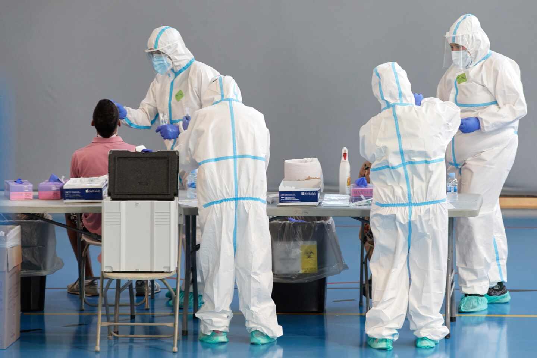 Personal sanitario realiza pruebas PCR en Girona.