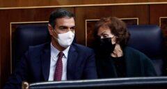 El presidente y la vicepresidenta primera del Gobierno, Pedro Sánchez y Carmen Calvo, durante la segunda sesión del debate de moción de censura presentada por Vox, este jueves en el Congreso.
