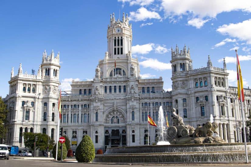 El Ayuntamiento de Madrid junto a la estatua de Cibeles