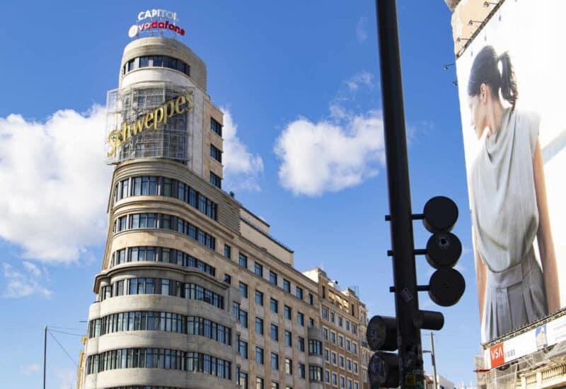 La esquina más famosa de la Gran Vía madrileña con el cartel de Schweppes