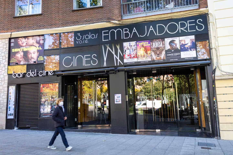 Entrada de los Cines Embajadores, en la Glorieta Santa María de la Cabeza, Madrid. Cynthia Serna Box.