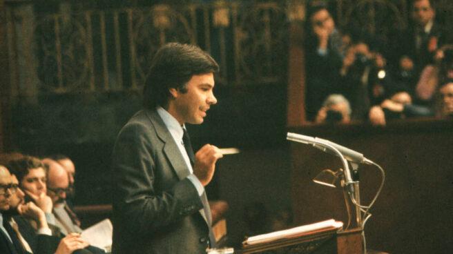 Felipe González comparece durante la moción de censura del PSOE contra UCD.