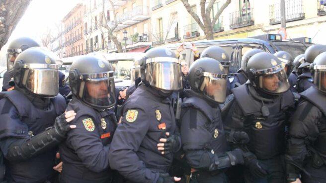 Intervención de los agentes antidisturbios de la Policía ante una protesta de activistas de la plataforma 'Stop Desahucios' en Madrid.