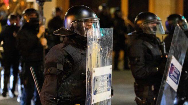 Mossos sujetan un escudo durante una manifestación, en una foto de archivo.