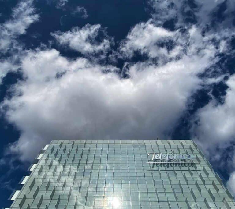 Telefónica cierra la venta de las torres europeas de Telxius y reducirá 3.400 millones de deuda