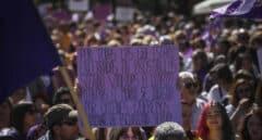 Una mujer sostiene su pancarta contra de la prostitución durante el 8-M en Sevilla.