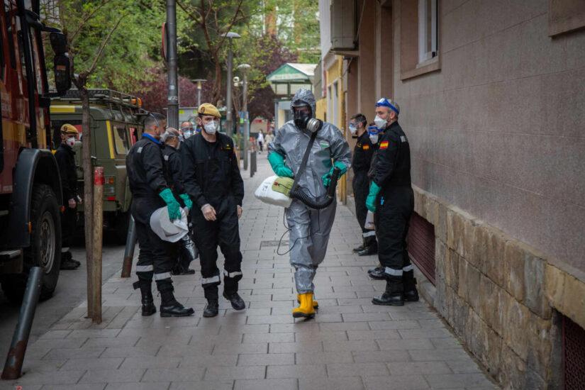 Militares de la UME preparados para la desinfección de la Residencia Santa Eulália durante uno de los días del estado de alarma y la crisis del coronavirus, en L'Hospital de Llobregat (Barcelona), a 3 de abril de 2020.
