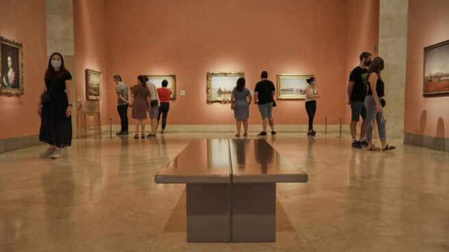 Visitantes en el Museo Thyssen en el primer día en el que abre sus puertas tras haber permanecido casi tres meses clausurado. EP.