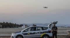 Policía en la playa de Valencia.