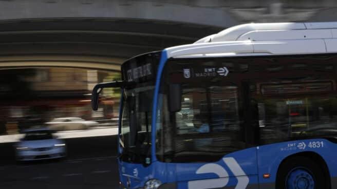 Un autobús de la EMT circula por el intercambiador de Moncloa, en Madrid.