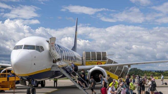 Un avión de Ryanair en el aeropuerto de Alicante.