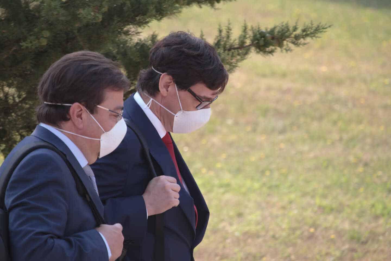 El presidente de Extremadura, Guillermo Fernández Vara, y el ministro de Sanidad, Salvador Illa.