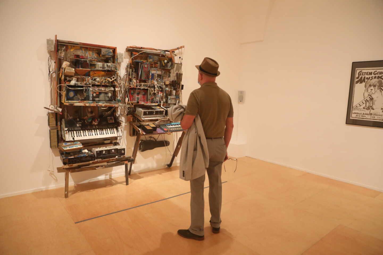 Un visitante observa una de las obras expuestas en la exposición 'Disonata. Arte en sonido hasta 1980', durante su presentación en el Museo Nacional Centro de Arte Reina Sofía.