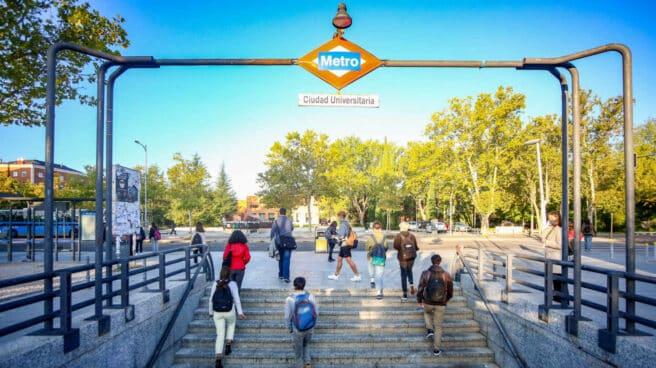 Jóvenes salen del Metro de Ciudad Universitaria en Madrid.