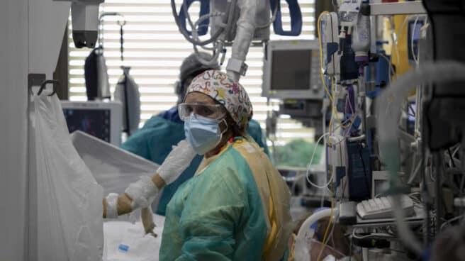 dos-sanitarios-atienden-pacientes-covid-en-uci-hospital-ramon-cajal-de-madrid