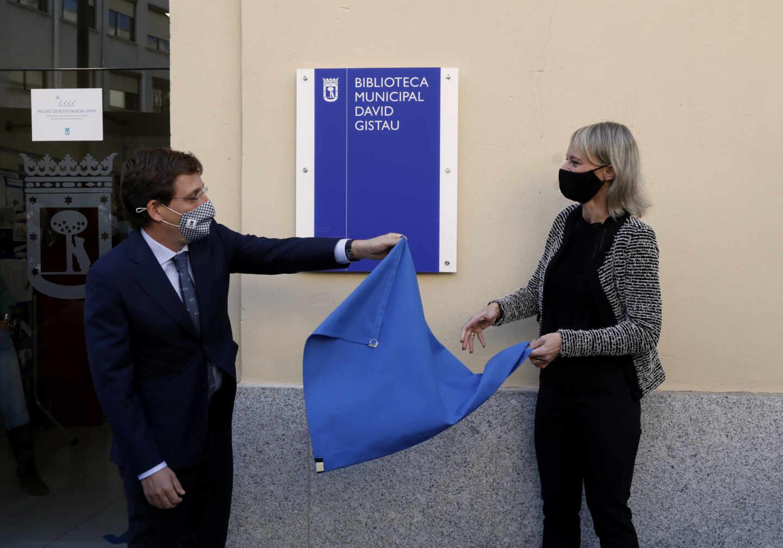 El alcalde de Madrid, José Luis Martínez-Almeida, y Romina, viuda de David Gistau, descubren una placa en homenaje al periodista.