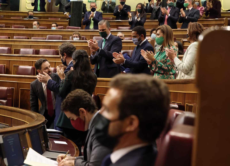 Santiago Abascal, aplaudido por los diputados de Vox.