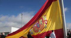 Una bandera de 75 metros cuadrados homenajea la lucha de Madrid ante el coronavirus