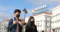 Transeúntes caminan por las inmediaciones de la Puerta del Sol.