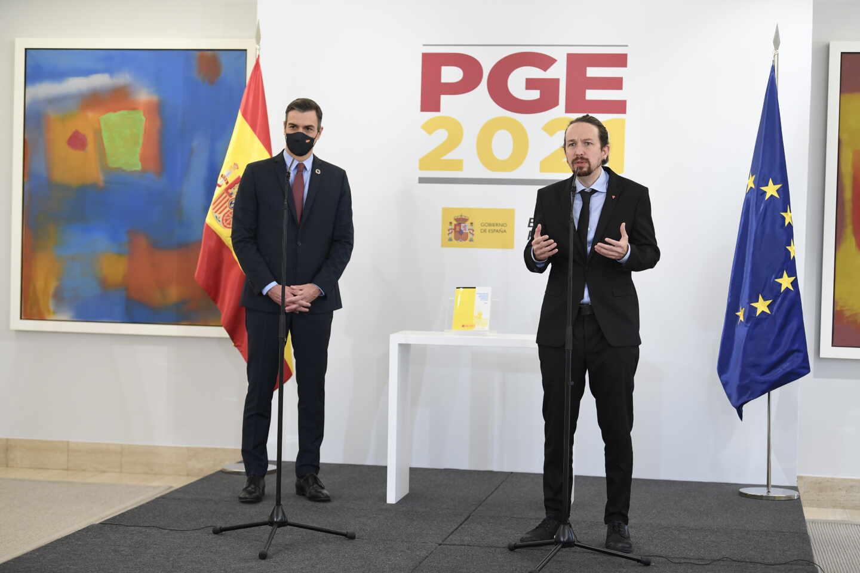 Pablo Iglesias toma la palabra en presencia de Pedro Sánchez.