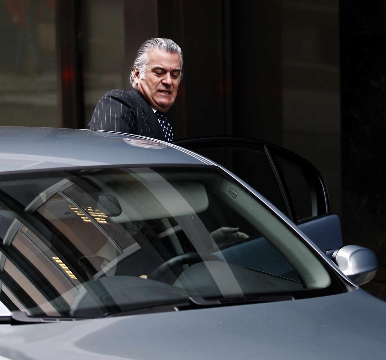 Luis Bárcenas se sube en un coche tras declarar ante el juez que empezó a instruir el 'caso Gürtel'.