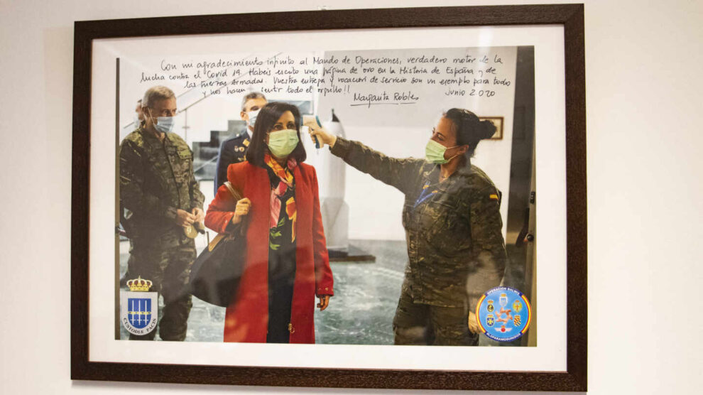 Fotografía con una dedicatoria de Margarita Robles en la sala del Mando de Operaciones