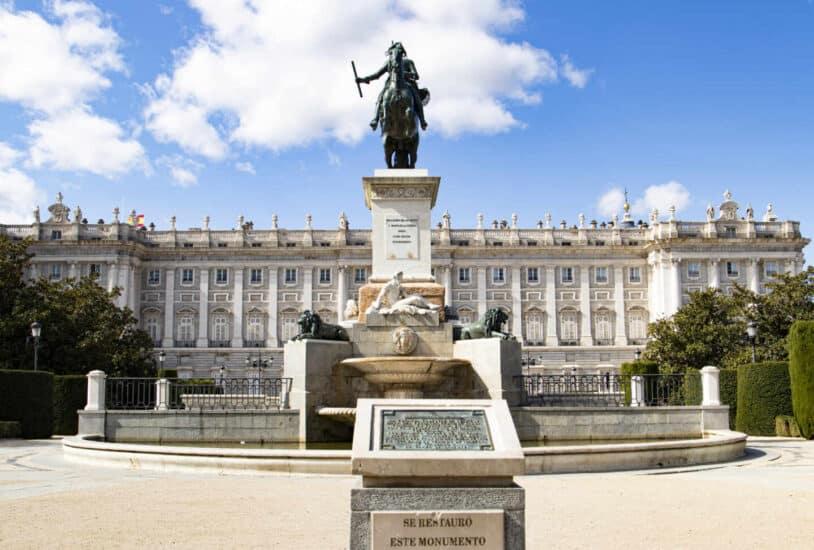 La Plaza de Oriente el majestuoso Palacio Real al fondo