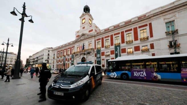 Un patrullero de la Policía Nacional, en la Puerta del Sol de Madrid.