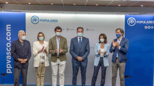 Carlos Iturgaiz es aplaudido tras ser proclamado presidente del PP vasco.