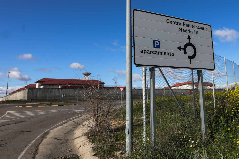 Un cartel indica la dirección a la entrada de la cárcel de Valdemoro, una de las siete que hay en Madrid.