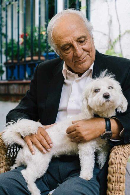 Raúl del Pozo con su perrita Dana. Sergio Sánchez.
