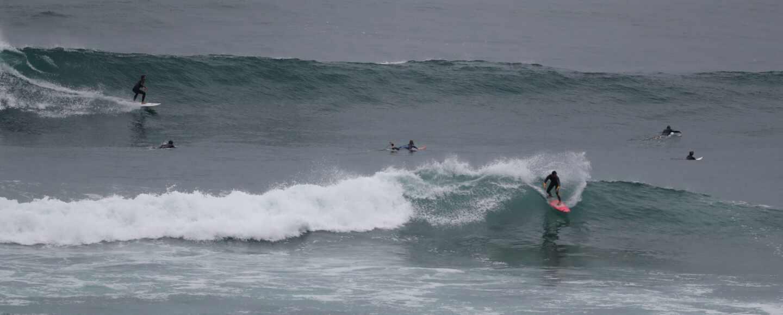 Un surfista coge una ola en la localidad vizcaína de Mundaka.