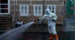 Un operario municipal realiza labores de desinfección a primera hora de este viernes en la ciudad de Orense.