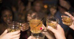 Las tiendas 24 horas hacen su agosto con el cierre temprano de los bares