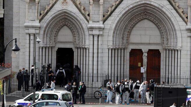 Policía a las puertas de la Basílica de Notre Dame, en Niza.