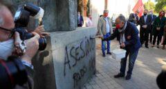 Pepe Álvarez (UGT) limpia la estatua de Largo Caballero en Madrid