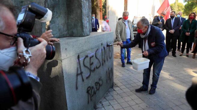 El secretario general de UGT, Pepe Álvarez, limpia la estatua de Francisco Largo Caballero en Madrid.