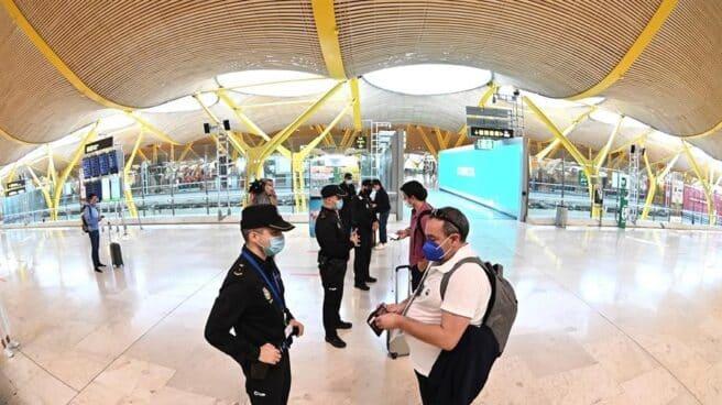 Controles policiales en el aeropuerto de Madrid-Barajas.