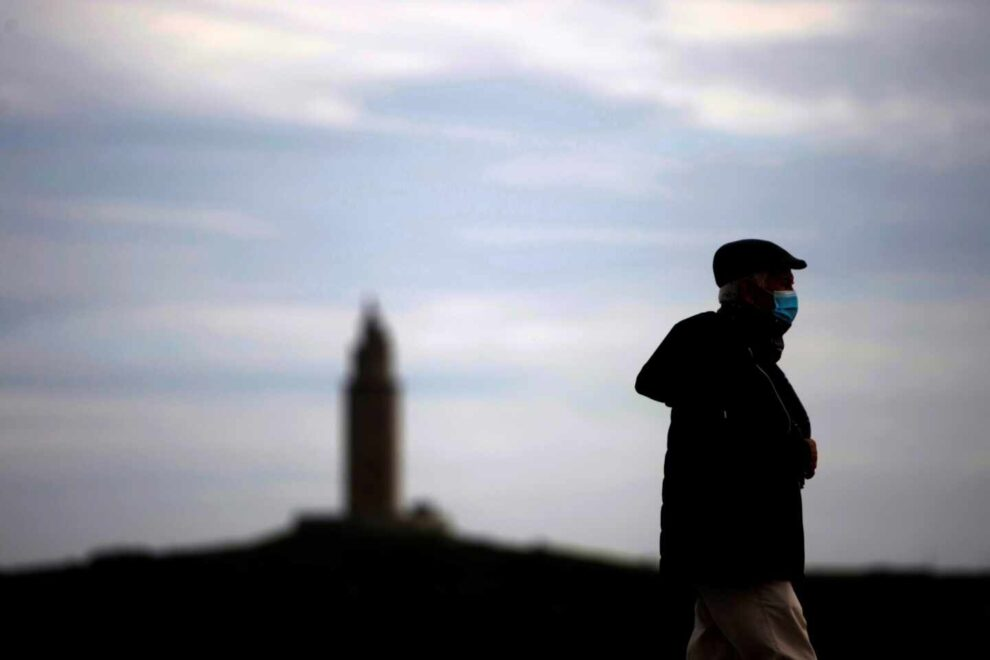 Un hombre camina este lunes por el paseo marítimo de A Coruña