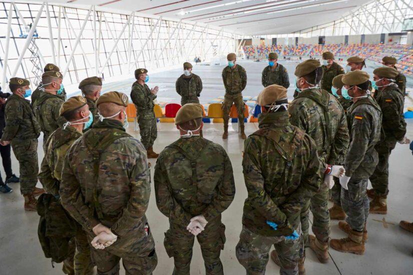 Efectivos del Ejército de Tierra a su llegada a la pista cubierta de atletismo de Sabadell para ayudar en el montaje de un hospital de campaña con capacidad para 300 plazas. EFE/Alejandro García.