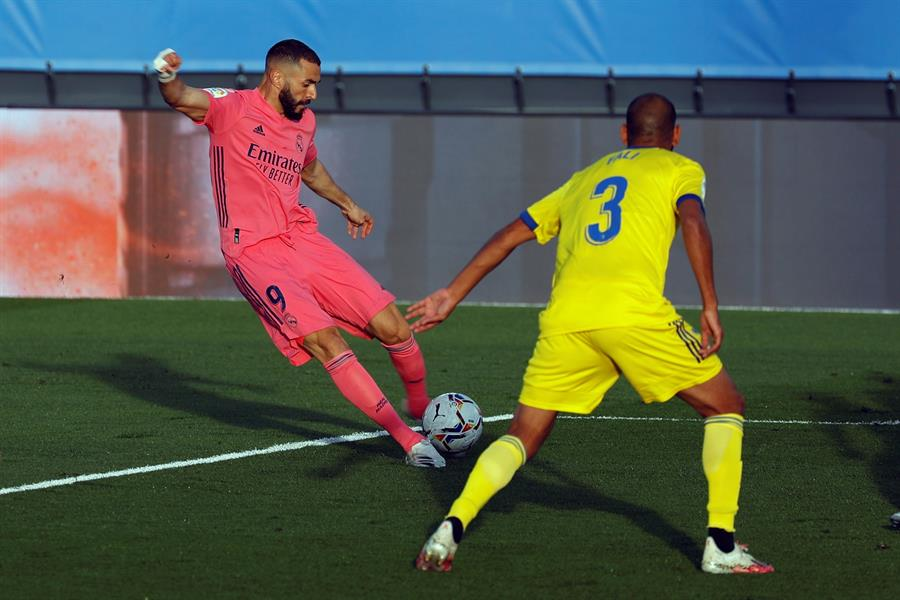 Fali defiende un disparo de Benzema, durante la victoria del Cádiz contra el Real Madrid.